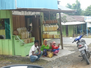 Along the way ... btw, this is a local petrol station. Petrol is availale in 1, 2, 5 or 10ltrs bottle of plastic containers.