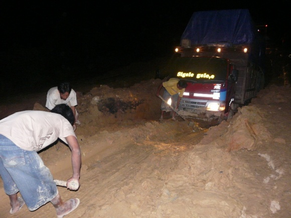 "2nd day midnight : this heavy truck could not get out despite being pulled by 2 other trucks simultaneously. The road is blocked. No choice, we spent our 2nd evening here ... Iwan wanted to drive all night. A number of ""friends"" on the road came to sleep on our truck (its not possible for them to sleep 5 persons inside their cramped cars)."
