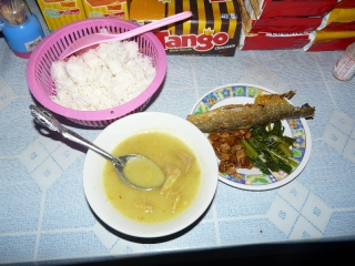 Meal of the Day at a warung (roadside stall) : fish, fried tofu, fried green mustard leaves, soup of the day (chicken) + white rice all you can eat.