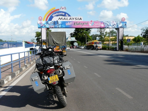 Exactly 3 months after I left Gattieres, France on 12/Apr/08, here I am knocking at the northern Bukit Kayu Hitam border crossing into Malaysia.