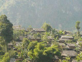 Image of a refugee camp outside Mae Sot